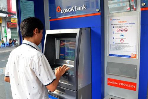 Hai chủ thẻ của DongA Bank cùng lúc mất hơn 200 triệu đồng - Ảnh 1.