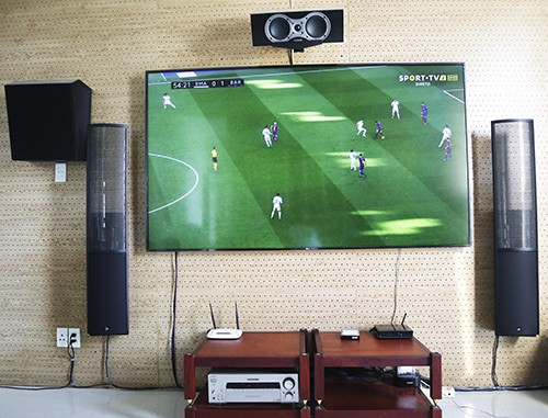 Dân chơi tự lắp màn hình 4K khổ lớn xem bóng đá - Ảnh 3.