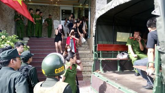 Cảnh sát đột kích quán bar, đưa gần 50 dân chơi về trụ sở - Ảnh 1.