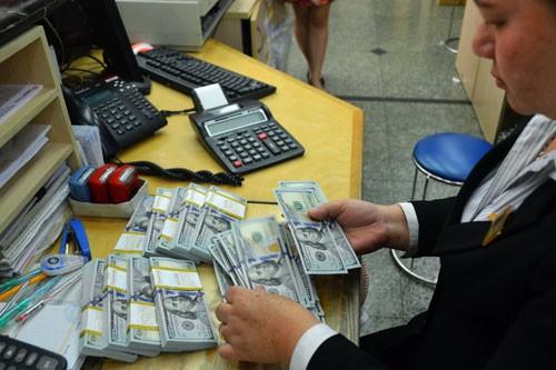 Thận trọng khi nắm giữ USD - Ảnh 1.