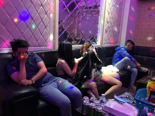 TP HCM: Dân chơi náo loạn khi công an vào quán bar, karaoke - Ảnh 4.