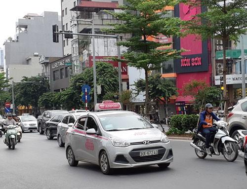 Vẫn rối quản lý taxi, Grab - Ảnh 1.