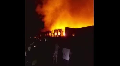 Cháy dữ dội ở phim trường Hoành Điếm, ít nhất 2 người chết - Ảnh 1.