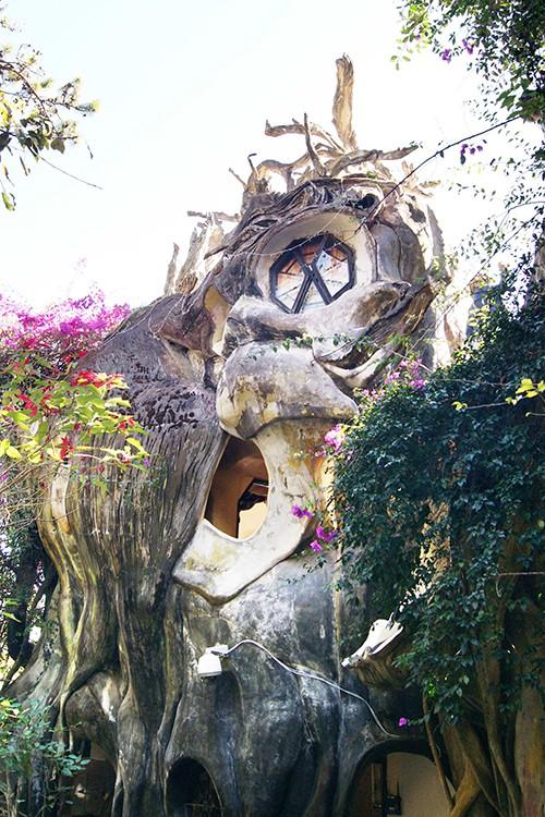 Ngôi nhà ma quái ở Đà Lạt hút khách gần 30 năm - Ảnh 1.