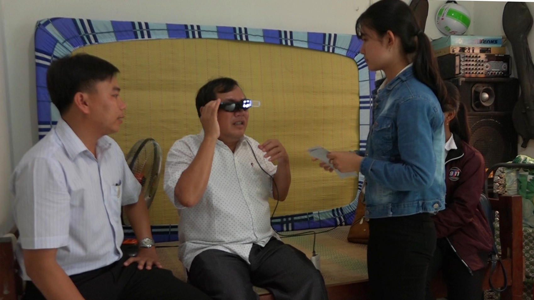 (eMagazine) - Lạ lẫm với mắt kính thông minh cho người khiếm thị của 2 nữ sinh - Ảnh 10.
