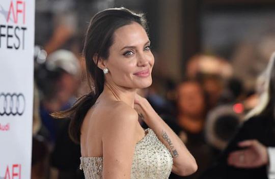 Rộ tin Angelina Jolie đã sẵn sàng hẹn hò với tỷ phú - Ảnh 1.