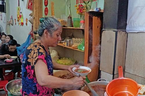 Quán bò kho của chủ gốc Ấn trong hẻm Sài Gòn - Ảnh 1.