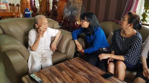 LĐLĐ TP HCM: Thăm, tặng quà mẹ Việt Nam anh hùng và thương binh - Ảnh 1.