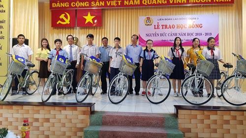 Trao học bổng Nguyễn Đức Cảnh cho con CNVC-LĐ khó khăn - Ảnh 1.