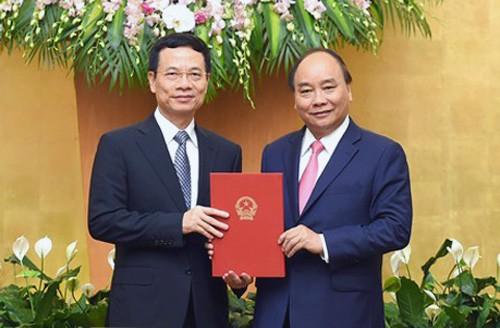 Thủ tướng trao quyết định giao quyền Bộ trưởng TT-TT cho ông Nguyễn Mạnh Hùng - Ảnh 1.