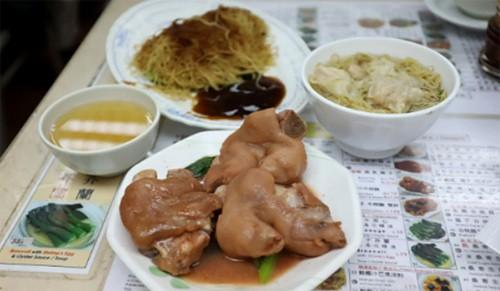 Khách xếp hàng dài vào tiệm mì 70 năm sắp đóng cửa ở Hong Kong - Ảnh 2.
