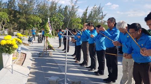 Cán bộ Công đoàn TP HCM viếng tượng đài chiến sĩ Gạc Ma - Ảnh 1.
