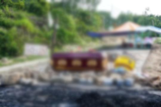 Người dân mang quan tài, chặn đường vào nhà máy rác - Ảnh 1.