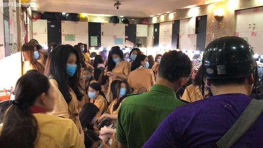 Theo chân tổ kiểm tra vào các nhà hàng nhạy cảm trung tâm Sài Gòn - Ảnh 6.