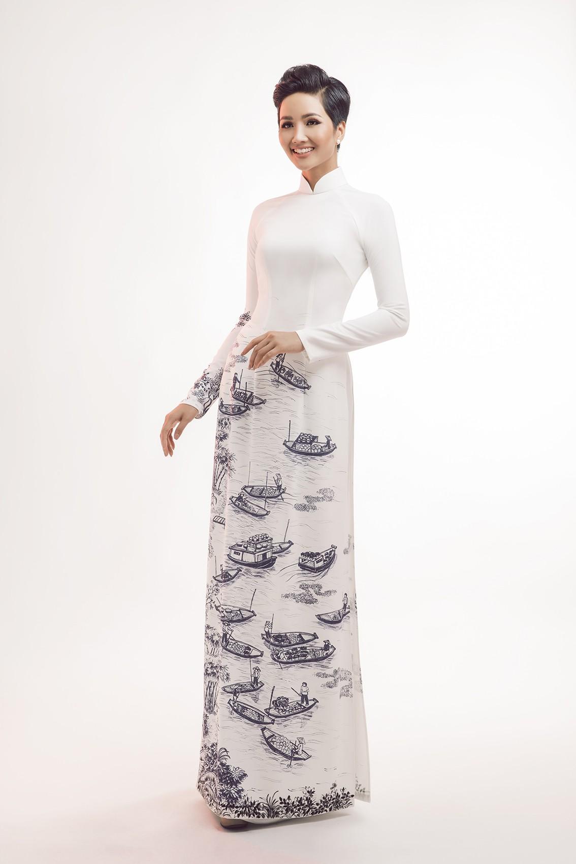 Trong những thiết kế áo dài tuyệt đẹp của nhà thiết kế Thuận Việt, Hoa hậu Hoàn vũ Việt Nam H\u0027Hen Niê thu hút sự quan tâm bởi vẻ đẹp thanh thoát, ...