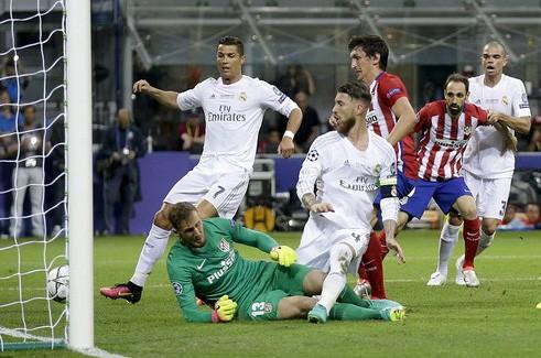 Simeone dùng bộ đàm lật đổ Real Madrid? - Ảnh 1.