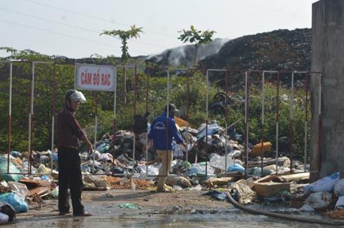 Các bãi rác vỡ trận - Ảnh 1.