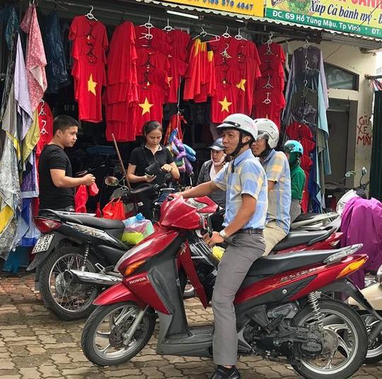 Bố thủ môn Bùi Tiến Dũng mổ trâu thết đãi dân làng cổ vũ Olympic Việt Nam - Ảnh 16.