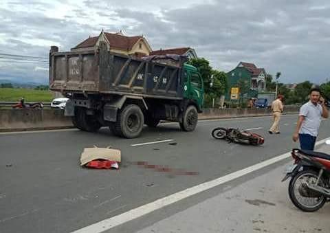 Tông đuôi xe tải lùi từ gara ra, người đàn ông đi xe máy tử vong - Ảnh 1.