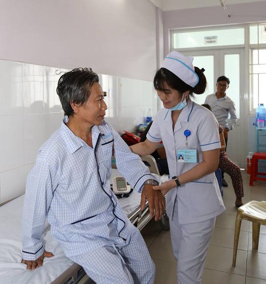 Thoát bại liệt nhờ ca phẫu thuật u tủy cột sống kéo dài 3 giờ - Ảnh 2.