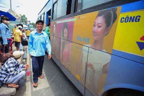 Hờ hững với quảng cáo trên xe buýt - Ảnh 1.
