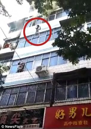 Cháy chung cư, người mẹ tuyệt vọng ném con ra ngoài từ tầng 4 - Ảnh 1.