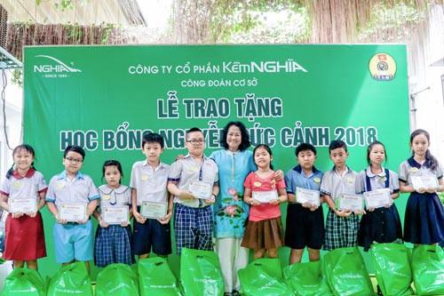 Trao gần 1.000 suất học bổng Nguyễn Đức Cảnh cho con công nhân khó khăn - Ảnh 1.