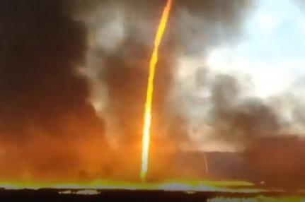 Lốc lửa xoáy lên tận trời trong đám cháy khủng khiếp - Ảnh 1.