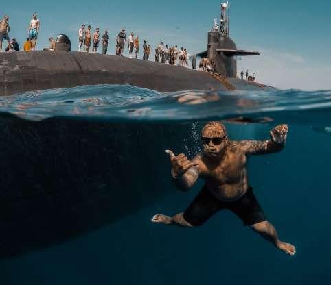Choáng ngợp cảnh thủy thủ Mỹ bơi cạnh tàu ngầm hạt nhân - Ảnh 5.