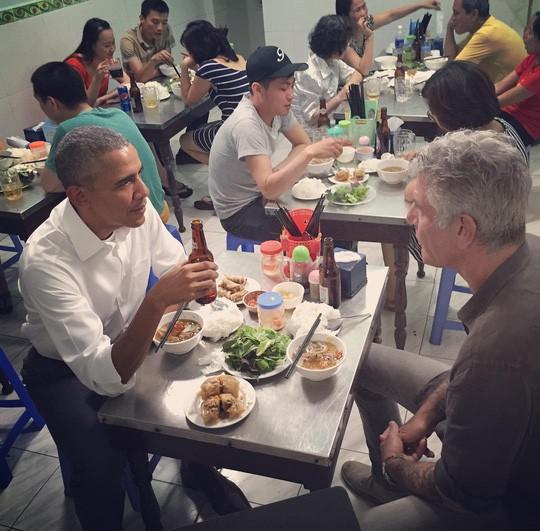 Cố đầu bếp ăn bún chả Hà Nội cùng ông Obama được trao giải Emmy - Ảnh 3.