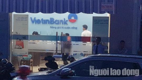 NÓNG: Đang truy bắt tên cướp ngân hàng ở Tiền Giang - Ảnh 1.