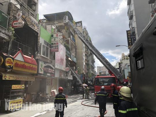 [VIDEO] Giải cứu người mắc kẹt trong đám cháy ở phố Tây Bùi Viện - Ảnh 2.