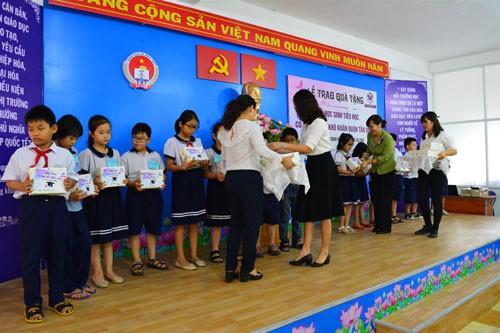 Trao quà, học bổng cho học sinh nghèo - Ảnh 1.
