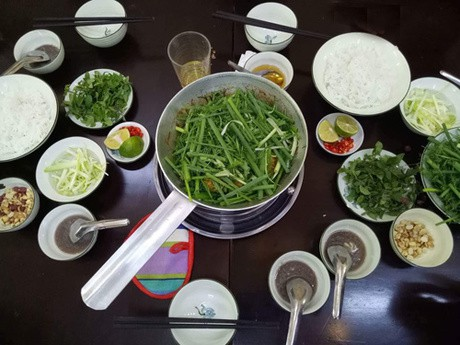 Quán chả cá Hà Nội nướng than hoa thơm nức cả phố - Ảnh 3.