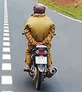 Thót tim cảnh người đi xe máy làm xiếc thả tay xuống đèo - Ảnh 3.