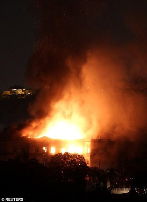 Cháy dữ dội bảo tàng trên 200 năm tuổi, chứa 20 triệu hiện vật - Ảnh 3.