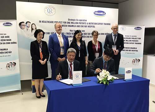 Vinamilk và Bệnh viện Chợ Rẫy hợp tác chiến lược nâng tầm quốc tế - Ảnh 1.
