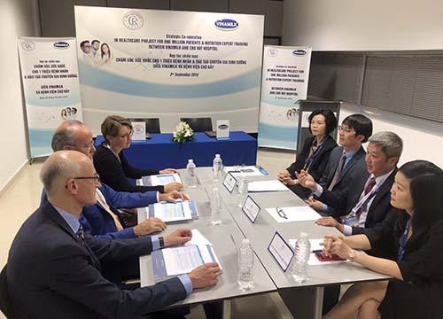 Vinamilk và Bệnh viện Chợ Rẫy hợp tác chiến lược nâng tầm quốc tế - Ảnh 2.