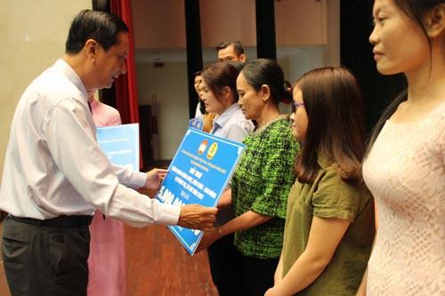 Hơn 2,3 tỉ đồng giúp gia đình CNVC-LĐ bị thiên tai - Ảnh 1.