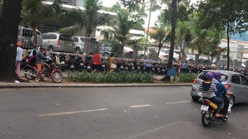 Sau bài điều tra trên Báo Người Lao Động: Thanh tra toàn bộ bãi xe vỉa hè - Ảnh 1.