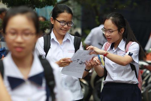 Học sinh xem đề thi ngữ văn trong kỳ thi tuyển sinh lớp 10 tại TP HCM - Ảnh: Hoàng Triều