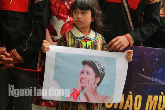 Hàng ngàn người dân chào đón Hoa hậu H'Hen Niê - Ảnh 5.