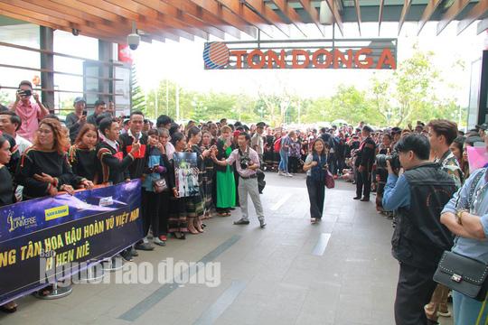Hàng ngàn người dân chào đón H'Hen Niê tại sân bay