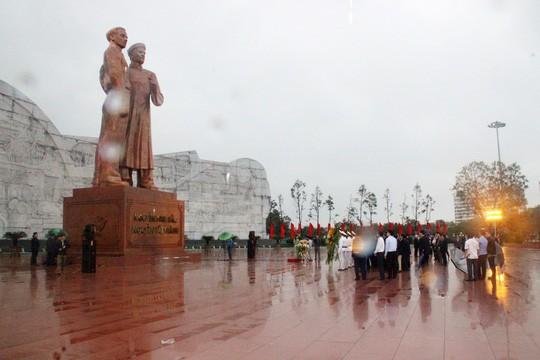Thủ tướng dâng hoa Tượng đài Nguyễn Sinh Sắc - Nguyễn Tất Thành - Ảnh 2.