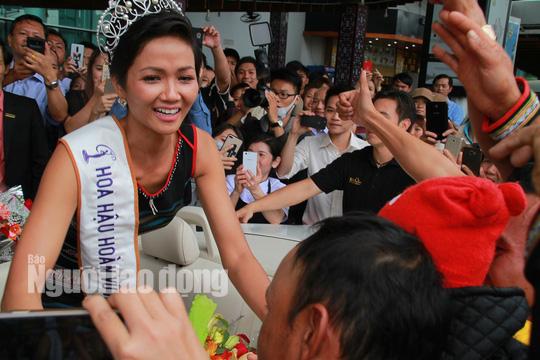 Hàng ngàn người dân chào đón Hoa hậu H'Hen Niê - Ảnh 2.