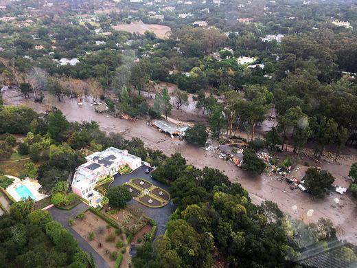 California: Dòng sông bùn ập tới, ít nhất 13 người chết - Ảnh 1.