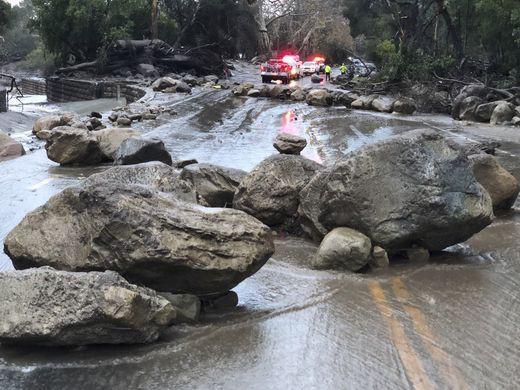 California: Dòng sông bùn ập tới, ít nhất 13 người chết - Ảnh 4.