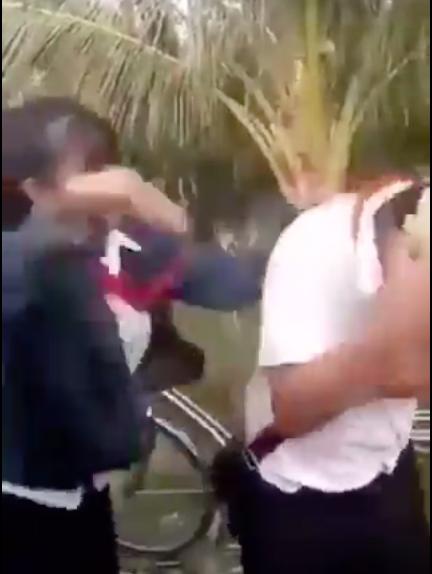VIDEO: Nam sinh lớp 8 bị nhóm nữ sinh đánh dã man - Ảnh 1.