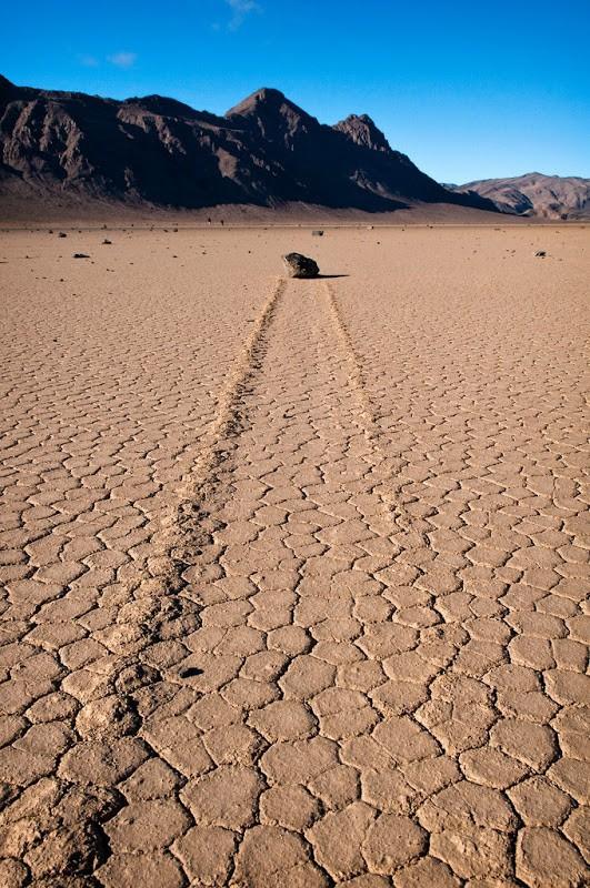 Bí ẩn về những hòn đá ma thuật tự dịch chuyển trong sa mạc - Ảnh 2.