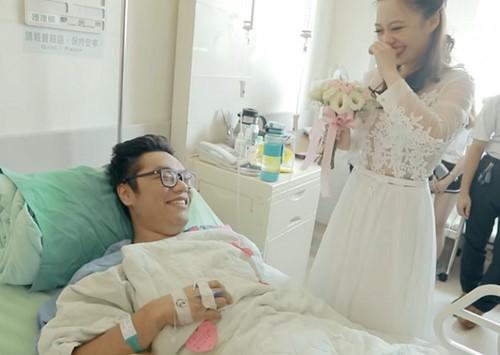 Cô gái cầu hôn bạn trai cụt 2 chân bên giường bệnh - Ảnh 1.